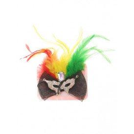 Broche met oogmasker en veren rood/geel/groen